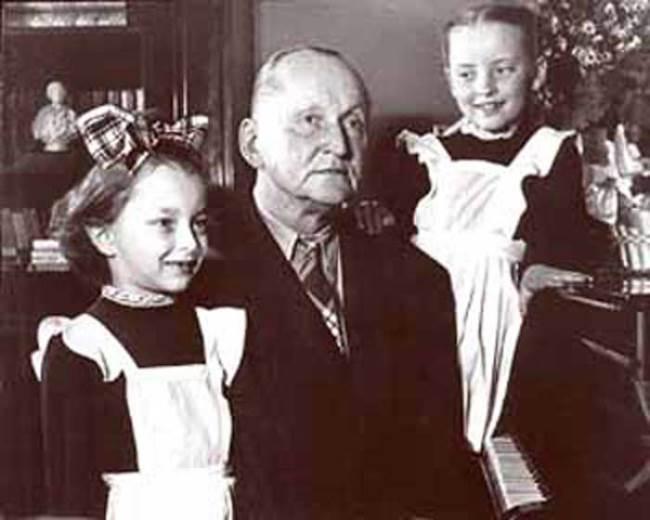 Little Anastasia Vertinskaya with her father and sister