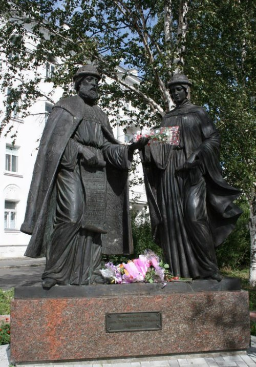 Monument to Peter and Theuronia in Arkhangelsk