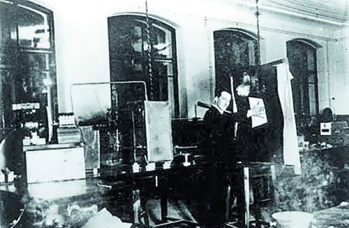Leon Therimin in his lab