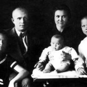 Nikita Sergeevich with his wife Nina Petrovna and daughter Rada (6 months), as well as children - Lena (12 years) and Julia (13 years) - from his first marriage