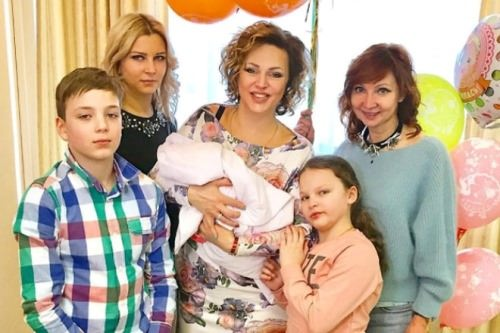 Dovlatova with her mother and children