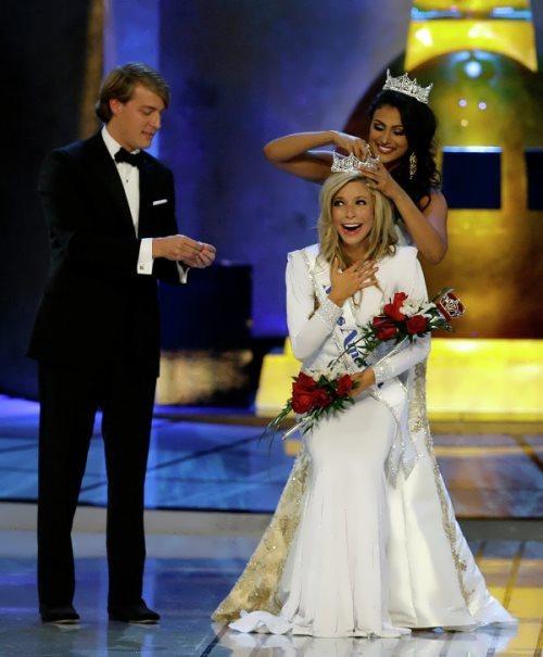 Beautiful Kira Kazantsev was crowned by Miss America 2014