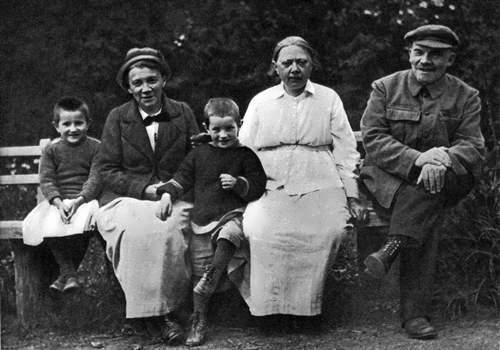 Vladimir Lenin, Nadezhda Krupskaya, Anna Yelizarova in Gorki